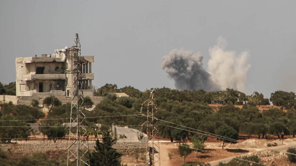 Nach einem russischen Luftangriff steigen am Rande der Provinz Idlib Rauchschwaden auf.