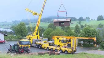 Die Bienen sind längst ausgeflogen und nun erhebt sich auch das Bienenhaus des Forschungsinstituts für biologischen Landbau in die Lüfte. Mit einem riesigen Kran wurde das Bienenheim rund 90 Meter versetzt.