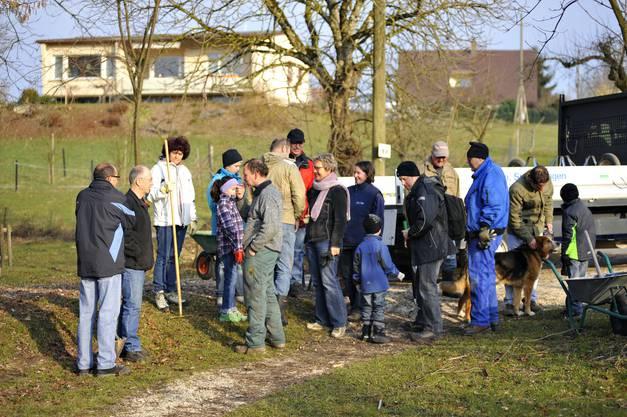 Viele Helfer haben sich versammelt, um rund um den Burgäschisee aufzuräumen.