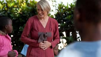 Yvonne Kaufmann aus Wohlen im Gespräch mit Kindern in Tansania.