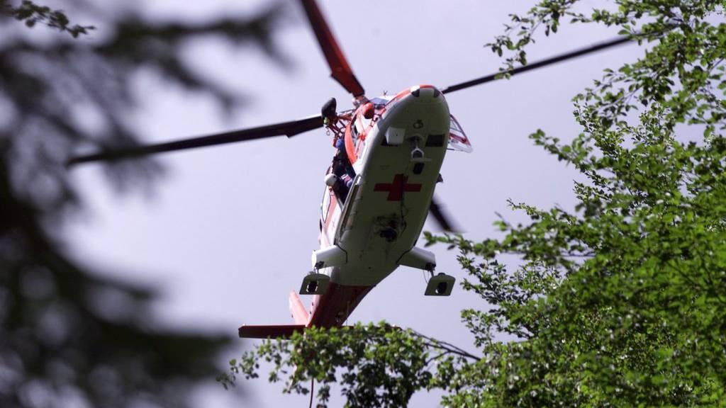 Ein Rega-Helikopter im Einsatz. (Symbolbild)