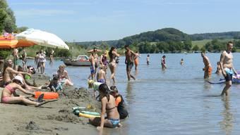 Bei Sommerwetter tummeln sich in Altreu zahlreiche Sonnenhungrige am Sandstrand. (Archiv)