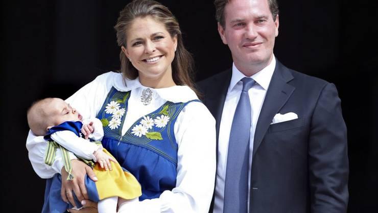 Die Tochter (l) von Schwedens Prinzessin Madeleine (Mitte) und ihres Ehemanns Christopher O'Neill (r) heisst Adrienne Josephine Alice. Das Mädchen war am 9. März 2018 in Stockholm geboren worden. (Archiv)