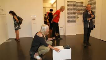 Die Besucher können mit einer Polaroidkamera selbstgewählte Motive fotografieren, die sich in ein offenes System integrieren.
