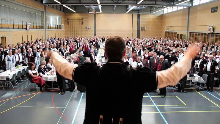 Michael Frei dirigiert zur Eröffnung der Delegiertenversammlung «E Jodler».