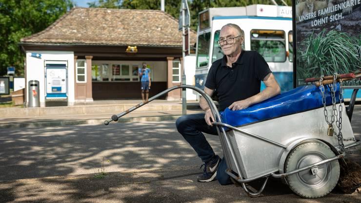 Über zehn Jahr schlief Martin G. im Wartehäuschen bei der Tramstation Zoo. Sein Gepäck verstaute er im Wagen eines Zeitungsverträgers.