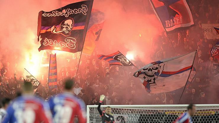 Wer gewinnt das Fan-Duell bei FCB gegen Lech Posen? Im Bild der brennende FCB-Fanblock.