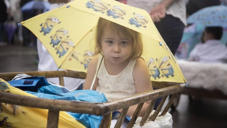 Trocken blieben die Füsse am Umzug in Rupperswil nur, wenn man wie dieses Mädchen chauffiert wurde.