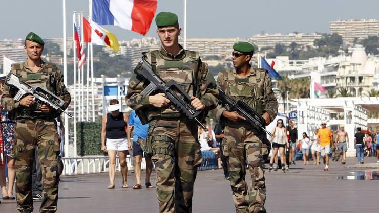 Französische Soldaten patrouillieren auf der Promenade des Anglais in Nizza, wo der 31-jährige Lahouaiej Bouhlel am Abend des französischen Nationalfeiertags mit einem Lastwagen in eine Menschenmenge gefahren war und Dutzende Menschen tötete. (Archiv)