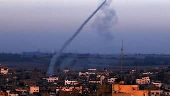 Milizen feuern eine M-75-Rakete von Gaza-Stadt ab