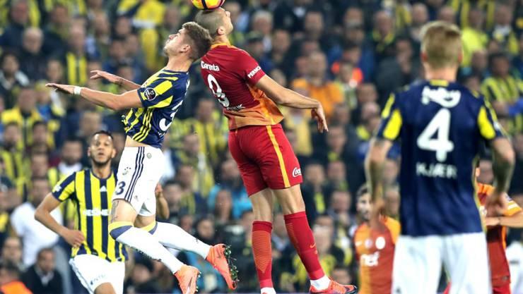 Eren Derdiyok springt höher als sein Gegner und trifft in der 91. Minute zum 3:1