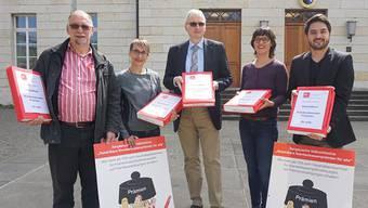 April 2016: Kurt Emmenegger, Elisabeth Burgener, Viviane Hösli und Cédric Wermuth reichen beim stv. Staatsschreiber Urs Meier (mitte) die Prämien-Initiative ein.