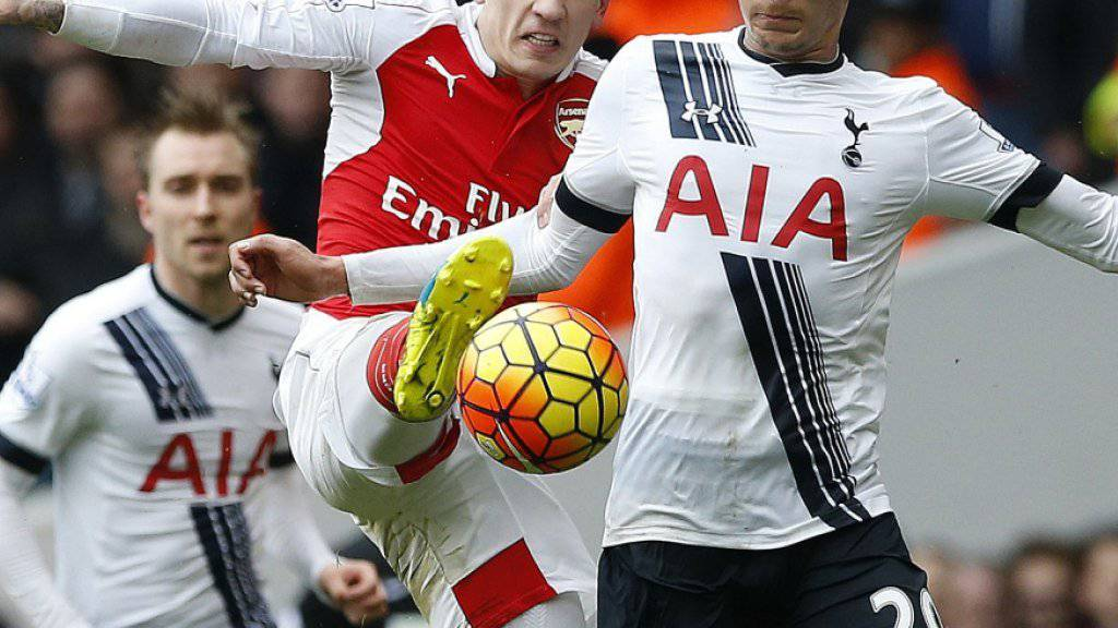 Hart umkämpftes Londoner Derby (Arsenals Bellerin in rot gegen Tottenhams Alli) endet 2:2.