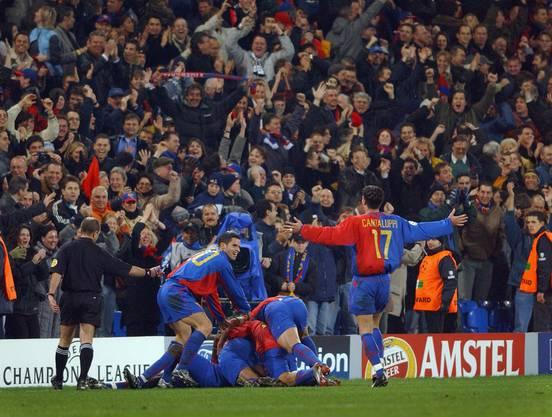 Atouba liegt nach seinem Tor gegen Liverpool von Kollegen begraben ganz untern im Jubelhaufen.