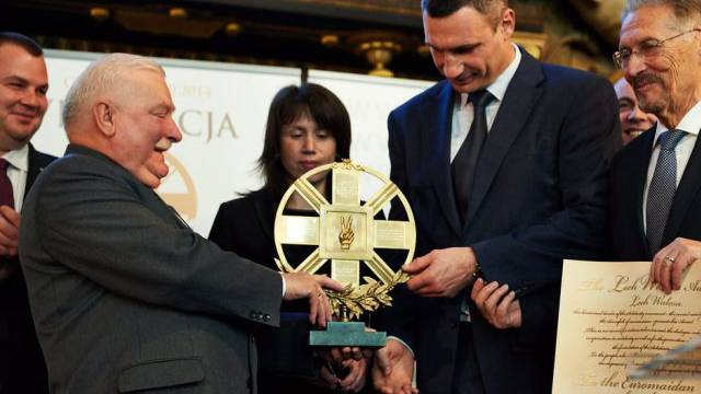 Walesa (links) überreicht Kiew-Bürgermeister Klitschko den Preis