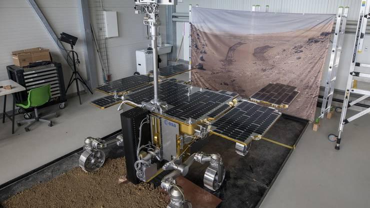Ein Modell des ExoMars Rovers mit der Schweizer Kamera, dem Close-Up Imager (CLUPI). Der Rover hat am Mittwoch in Pasadena eine erfolgreiche zehnstündige Probefahrt absolviert. (Archivbild)