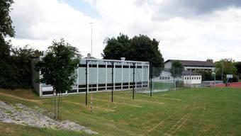 Die Schulraumerweiterung wird den Finanzhaushalt der Gemeinde in den nächsten Jahren belasten. Ein Projekt der Schulraumerweiterung ist die neue Doppelturnhalle. Dafür wird die Turnhalle links abgerissen, die alte rechts wird saniert.