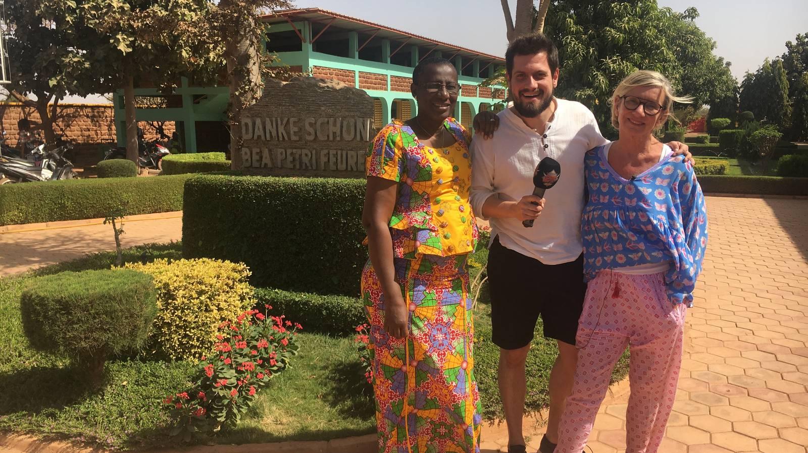 Schuldirektorin Safi Ouattara Diallo zusammen mit Bea Petri und Dominik vor der Schule «nas mode». (© Radio 24)