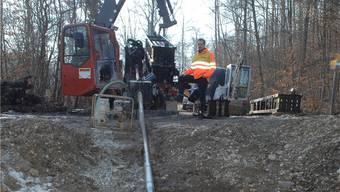Der Vortrieb für die Hauptwasserleitung vom Huebweg zum Reservoir «Bärehölzli» wird auf einer Länge von 200 Metern mit einer 40 Tonnen schweren Felsbohrmaschine bewerkstelligt. Angelo Zambelli
