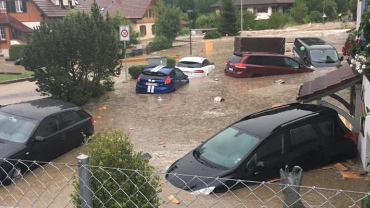Der Eingangsbereich der sieben Reiheneinfamilienhäuser (rechts) an der Hinterhubel- strasse in Uerkheim wurde total überflutet. Das Auto von Rebecca Kaiser gegen das Vordach gedrückt.