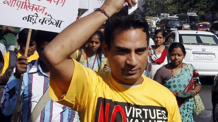 Ein Indischer Aktivist protestiert in Mumbai gegen Novartis' Patentierung des Krebsmedikaments