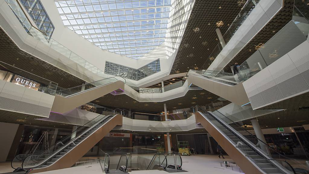 Beim Einkaufszentrum Mall of Switzerland in Ebikon ging 2018 vier Monate nach der Eröffnung eine Bombendrohung ein - der Verantwortliche steht nun vor Gericht. (Archivbild)