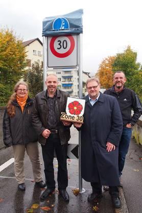 Ruth Bürgler, Urs Bossert (Firma F. Wyssbrod AG, Karl Tanner und Pius Schenker (von links) enthüllen die Tempo 30-Tafel.