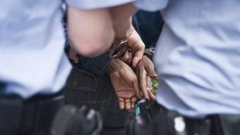 Die Polizei konnte den flüchtigen Verdächtigen festnehmen. (Symbolbild)