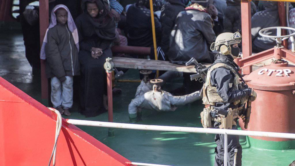 Sicherheitskräfte an Bord der «El Hiblu 1»: Migranten hatten das Handelsschiff nach Malta umgeleitet. Nun stehen drei von ihnen vor Gericht. (Archivbild)