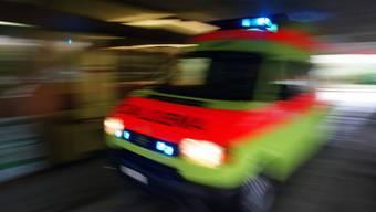 Die beiden Fahrer wurden von der Ambulanz ins Spital gefahren. (Symbolbild)