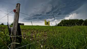 An der Vernissage von «Kunst Klang Natur» im Jurapark wurde die Kunst vom Wetter arg bedrängt