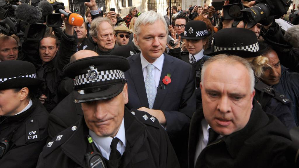 ARCHIV - Wikileaks-Gründer Julian Assange steht vor dem Royal Courts of Justice in London. Der britische Strafgerichtshof hat den US-Auslieferungsantrag für Assange abgelehnt. Am Mittwoch entscheidet dieselbe Richterin über die Freilassung des Wikileaks-Gründers. Foto: Dominic Lipinski/PA Wire/dpa