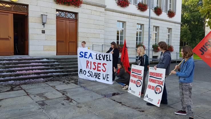 In einer Aktion haben die Juso rot gefärbtes Eis vor dem Grossratsgebäude ausgebreitet.