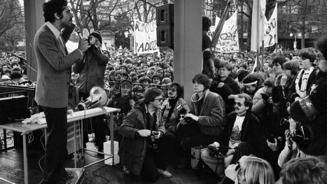 Roger Schawinski, 1980 in Zürich: Protest gegen die Stilllegung der Sendeanlagen von Radio 24 in Italien.  Foto: Keystone