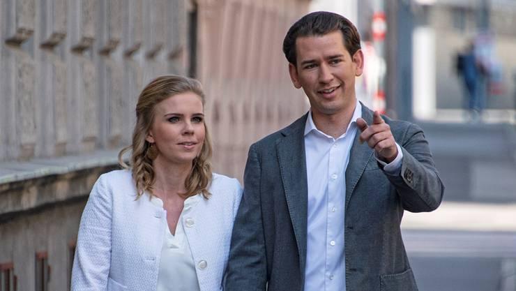 Sebastian Kurz mit Partnerin Susanne Thier am Sonntag bei einem Wahllokal in Wien: Seine ÖVP hat bei der Europawahl trotz (oder wegen?) der Regierungskrise zugelegt.