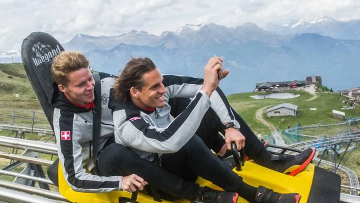 Schweizer Borussia-Tandem in Fahrt: Die Nati-Kollegen Nico Elvedi (links) und Yann Sommer lassen es auf der Rodelbahn laufen. (Archivbild)