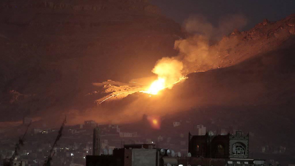 Luftangriff der von Saudi-Arabien angeführten Koalition auf Ziele in Sanaa (Archiv)