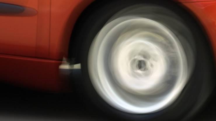 Auf einem Trottoir in Spiez BE sind vier Fussgänger, darunter ein Kind, von einem Auto erfasst und zum Teil schwer verletzt worden. (Symbolbild)