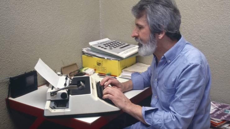 Walter Stürm tippt in seiner Zelle im Untersuchungsgefängnis in Brig, auf einer Schreibmaschine, aufgenommen am 27. März 1993. (Archivbild)