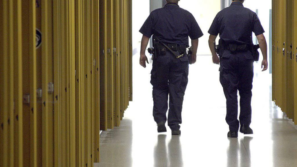 US-Polizisten patrouillieren durch den Gang mit Schliessfächern einer Schule. (Archivbild)