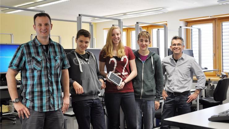 Im Basislehrjahr Informatik wurden die Apps für die Projektarbeit programmiert. Beteiligt waren am Projekt (v.l.): Dominik Tschumi, Dennis und Freya, Gabriel Hug und Michel Rüfenacht.