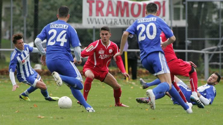 Wangen-Spieler Emir Sinanovic (Mitte) sucht die Lücke zwischen den Grenchnern Verteidigern