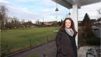 Heimleiterin Christa Misteli vor der Bauparzelle, auf welcher das neue Kinderheim gebaut werden soll