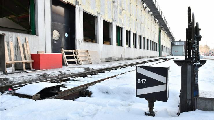 In der Halle links entsteht die erste Unterflurhebeanlage der Schweiz.