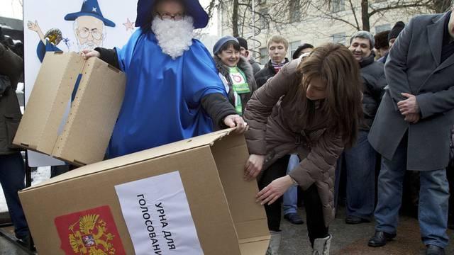 Aktivisten protestieren in Moskau gegen das Wahlergebnis (Archiv)