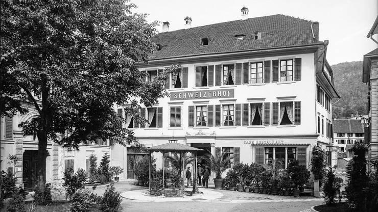 Der Kurplatz in Baden mit Staadhof (l.) und Schweizerhof um 1900.