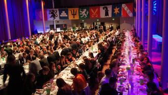 Eine vergnügte Schar, die ordentlich feiern kann: Blick in den grossen Saal des «Union»