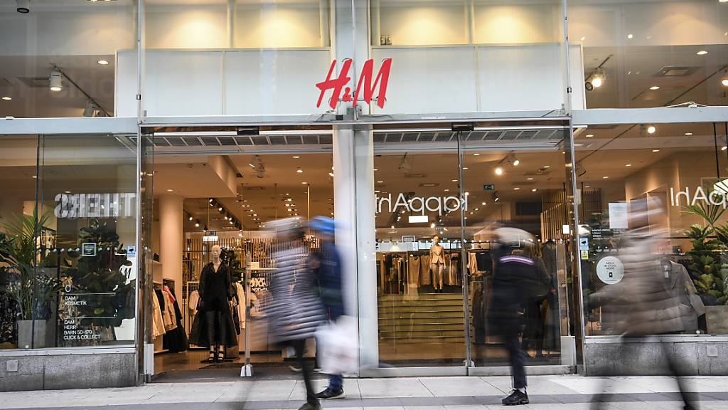 Nach einem guten Start ins Jahr ist der Umsatz der schwedischen Modekette H&M im März eingebrochen.