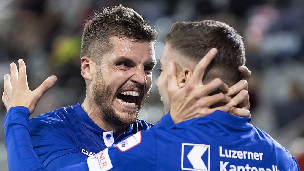 Pascal Schürpf beglückwünscht Darian Males zu seinem ersten Tor in der Super League.