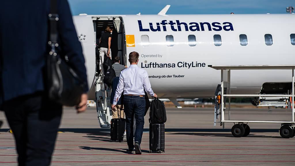 Die Lufthansa hofft, dank den Corona-Schnelltests für Passagiere wieder mehr Flugverbindungen anbieten zu können. (Archiv)